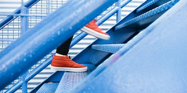 zapatillas naranjas en escaleras azul